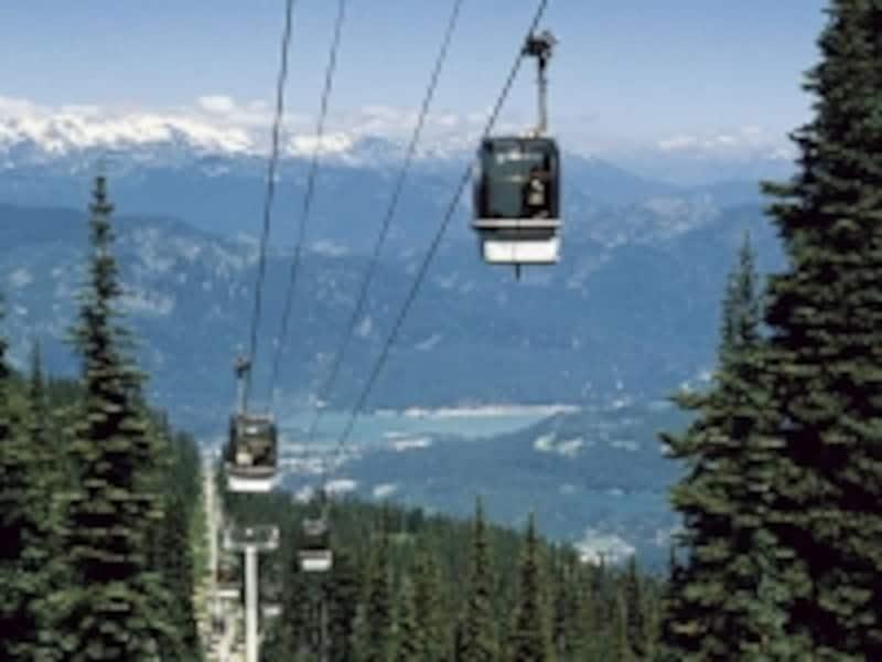 ウィスラーではゴンドラで簡単に山頂へアクセスできる。