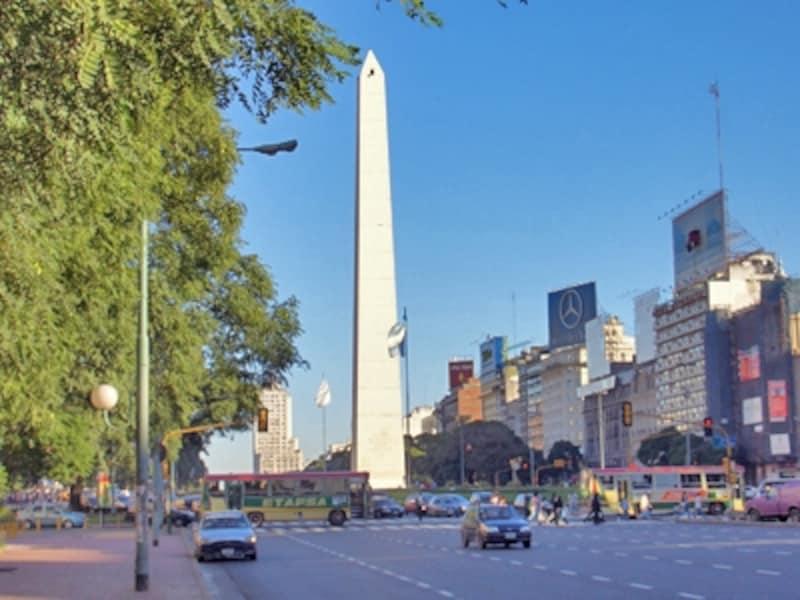 南米屈指の大都会ブエノスアイレスの中心には、オベリスコがそびえ立つ