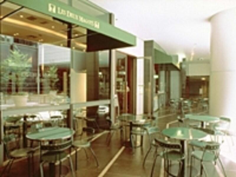 オープンエアーが気持いいカフェ「ドゥマゴ」
