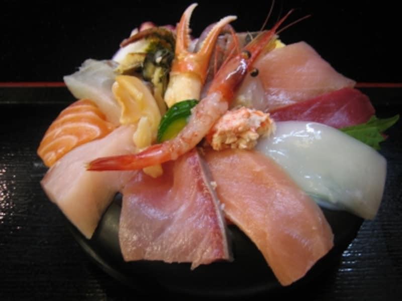ちらし近江町特盛(ご飯少なめ)ですが、それでもすごい食べ応えあり!