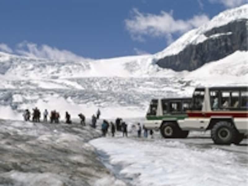 カナディアンロッキー最大の見所コロンビア大氷原。真夏でも氷一面の世界なので、照り返しは強烈!また、足元にも注意が必要写真提供:トラベルアルバータ
