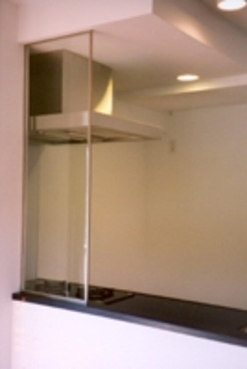 コンロ前にガラスの壁は、開放感は出るけれどデメリットもある
