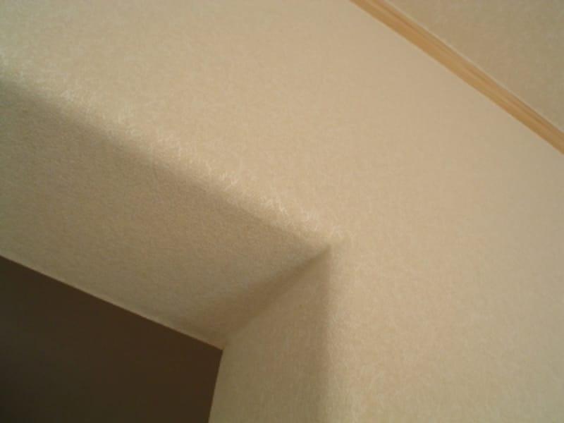 窓枠をつけないで壁紙をアールにすることでコストダウン