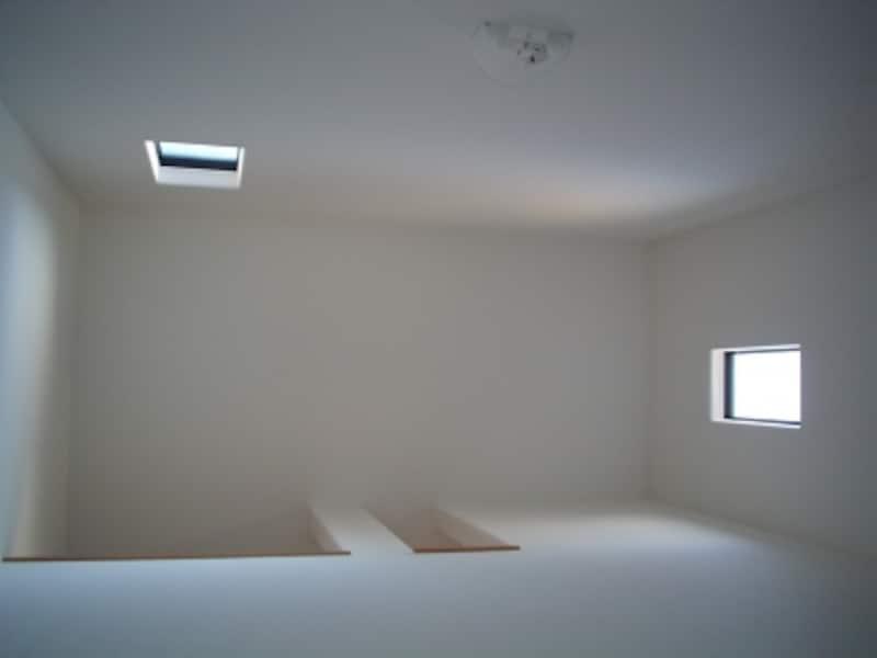 階下から見上げた天井。吹抜は6平米を目安に(原則5を適用)