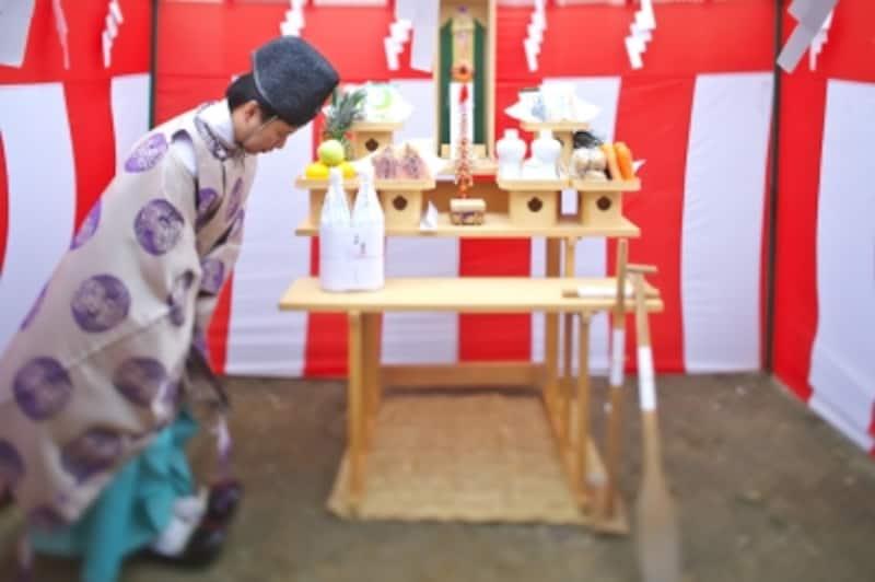 地鎮祭とは?家の工事に先立って行う儀式の意味や経費、流れや日取り