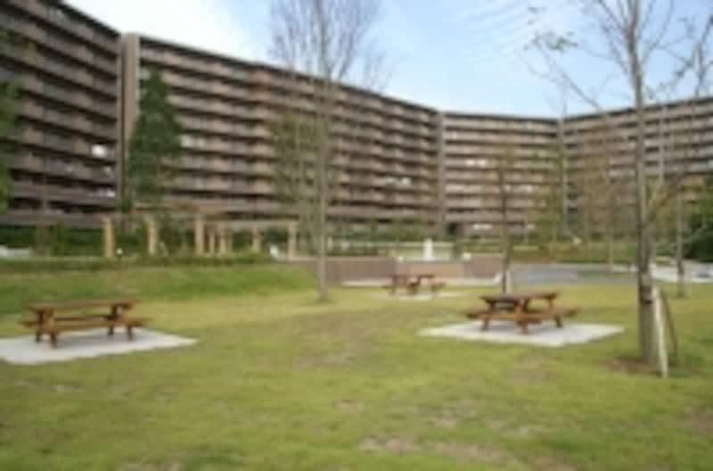 居住者専用ガーデンをもつマンション。水遊びができ、ベンチやパーゴラがあります。