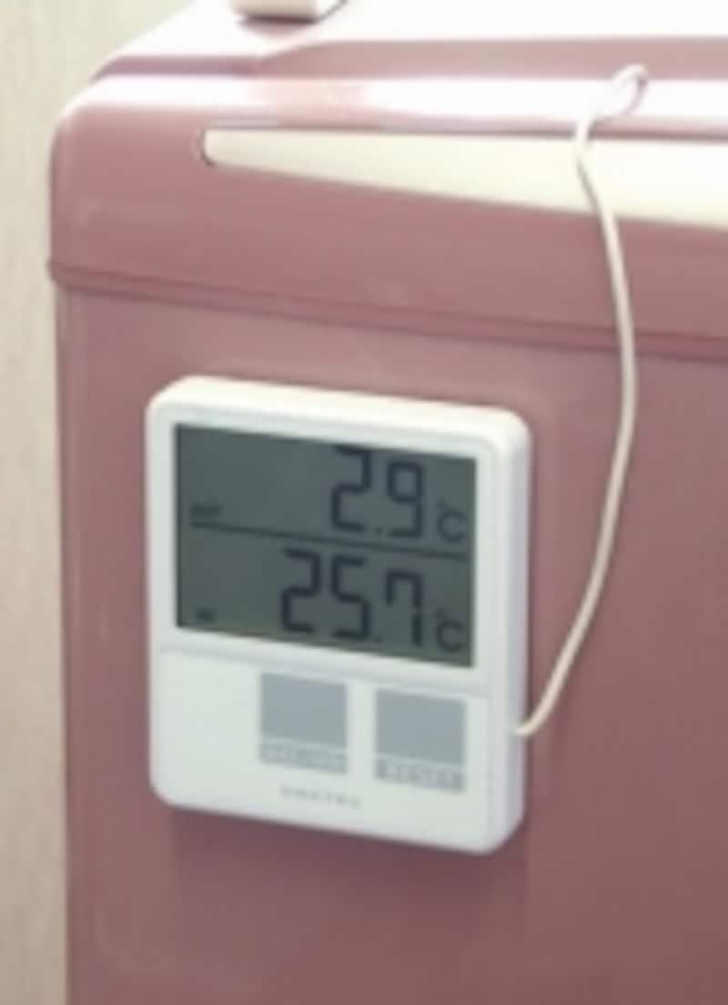 DRETEC室内室外温度計ホワイト。室内と室外の温度を同時に測ることができる。購入はこちら(Amazon)