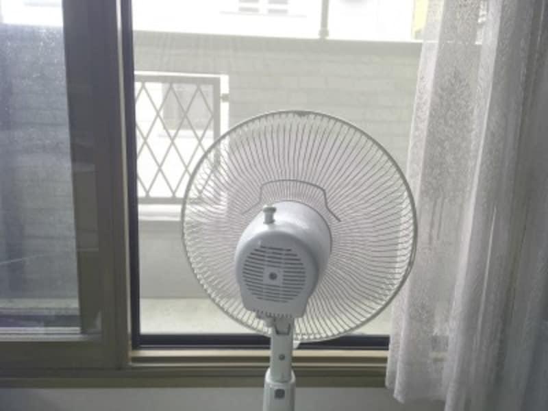 室温が高い時は、扇風機を使って効率的に暑い空気を外に出してしまいましょう。