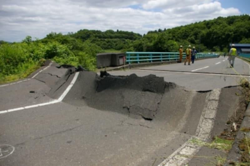 岩手・宮城内陸沖地震で地割れして陥没した道路※1)
