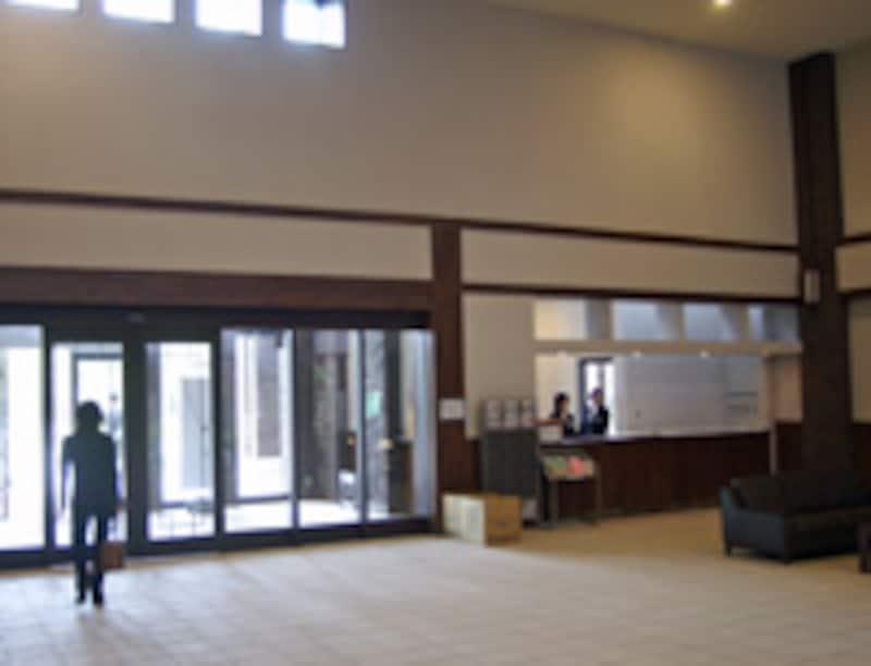 エントランスホールに設けられたフロントカウンター