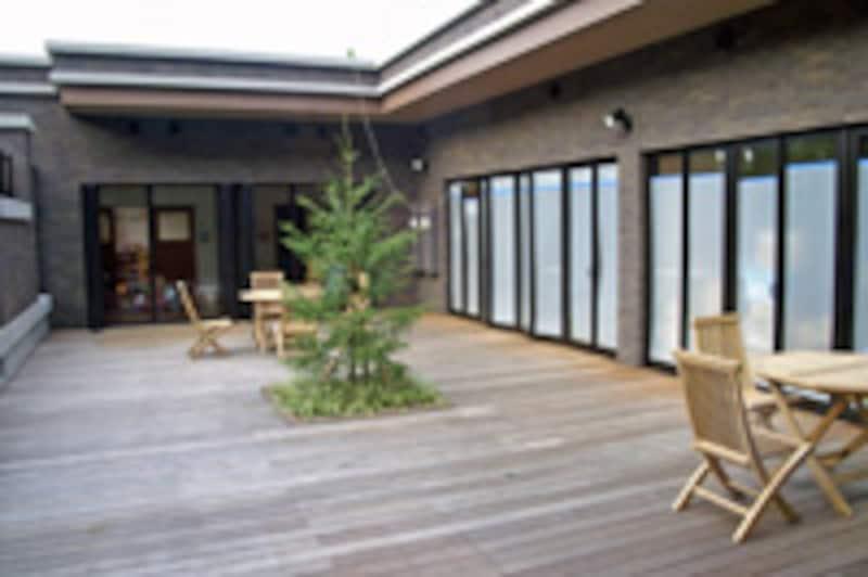 キッズルーム、託児室につながる屋外空間のパティオ