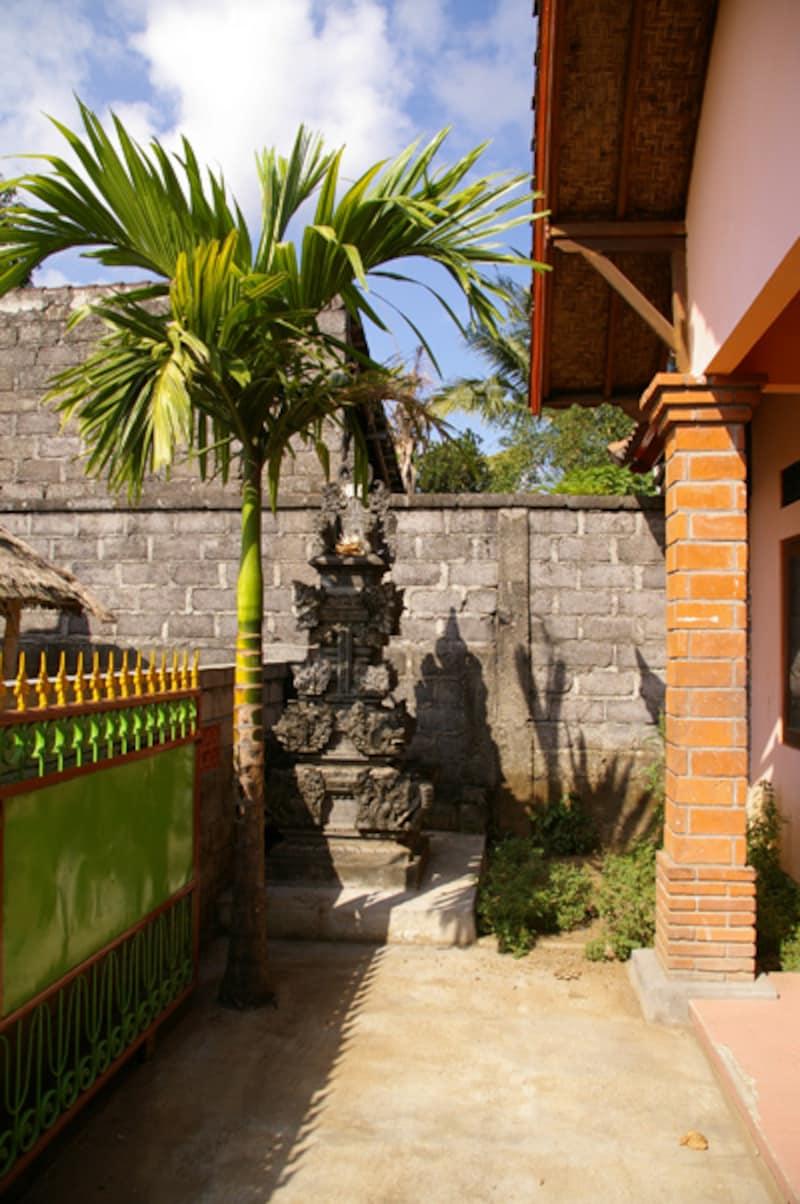 前庭のすみにこじんまりと置かれたfamily-temple(家族用のお寺)。