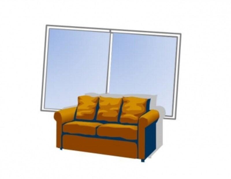 窓の近くのソファーも危険。子どもが落ちるほか、子どもが窓からものを落とす危険性もあります。