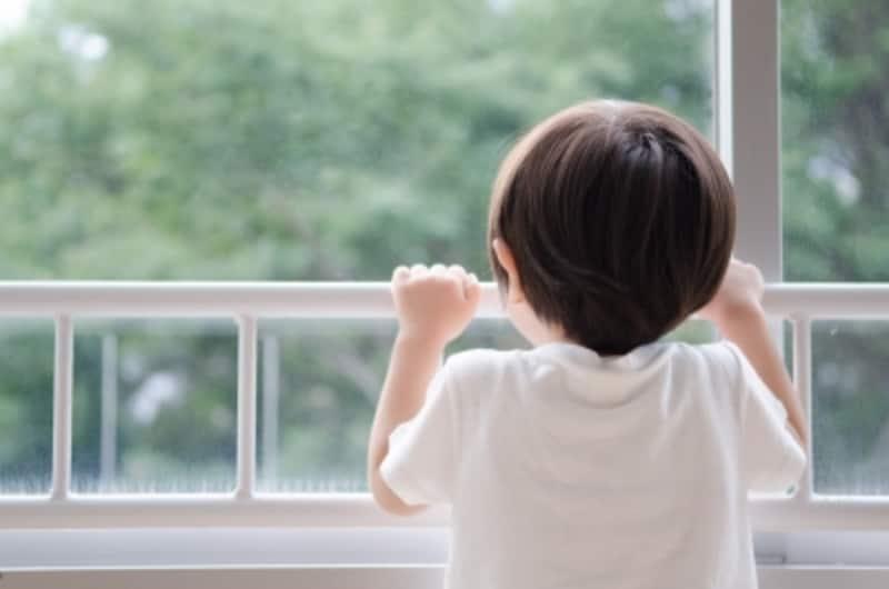 窓には転落防止のために手すりや柵を取り付けよう
