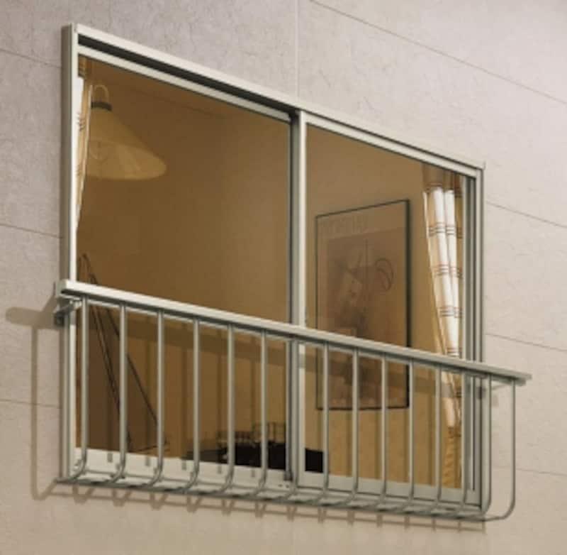 後付けできるアルミ製の窓手すりイメージ。専門の業者さんにしっかりとりつけてもらおう。画像提供三協立山アルミ