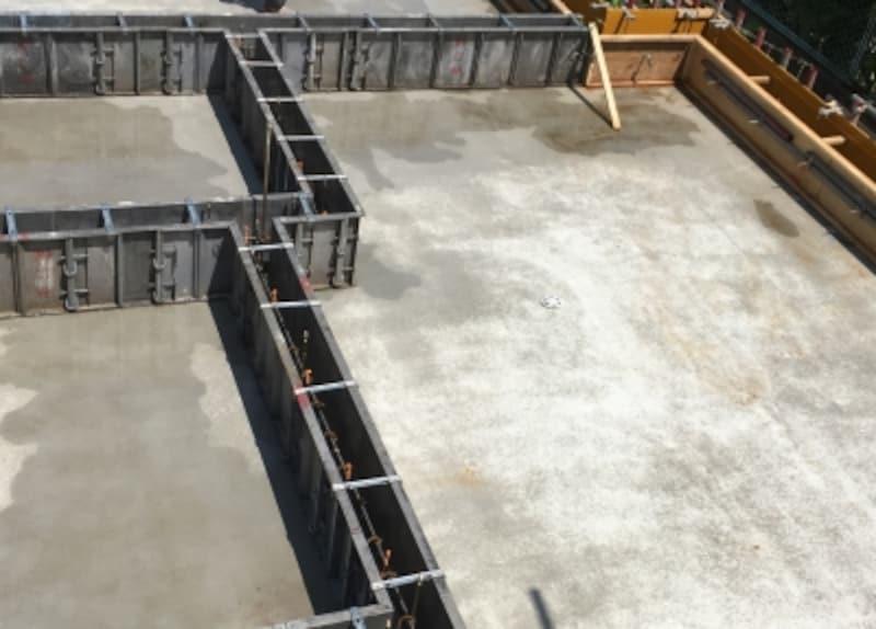 鉄筋の周りに型枠を配し、そこにコンクリートを流し込んで固める