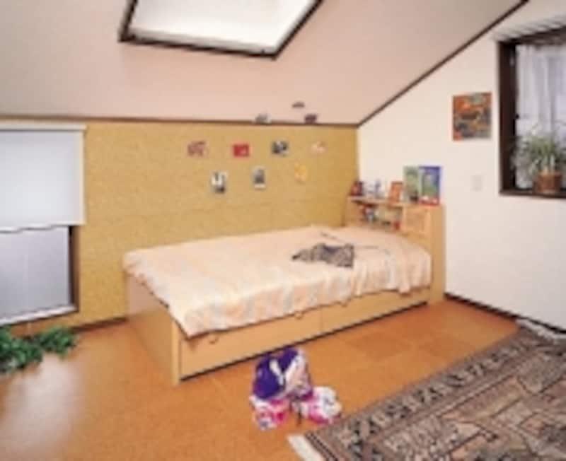 コルクタイルを子ども部屋に使用した例。壁もコルク(出典:東亜コルク株式会社)