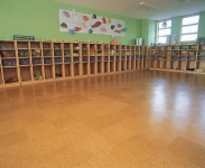 コルクタイルを幼稚園の床に使った例(出典:東亜コルク株式会社)