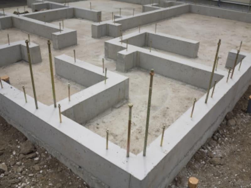 建物の「基礎」とは、建物の重量を支える地盤と建物上屋の間にあるコンクリートの部分を指します
