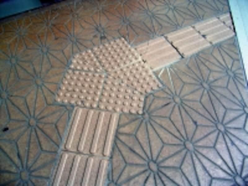 好ましくない設置例1)undefined点字ブロックは基本的に「まっすぐ」か「直角」に設ける