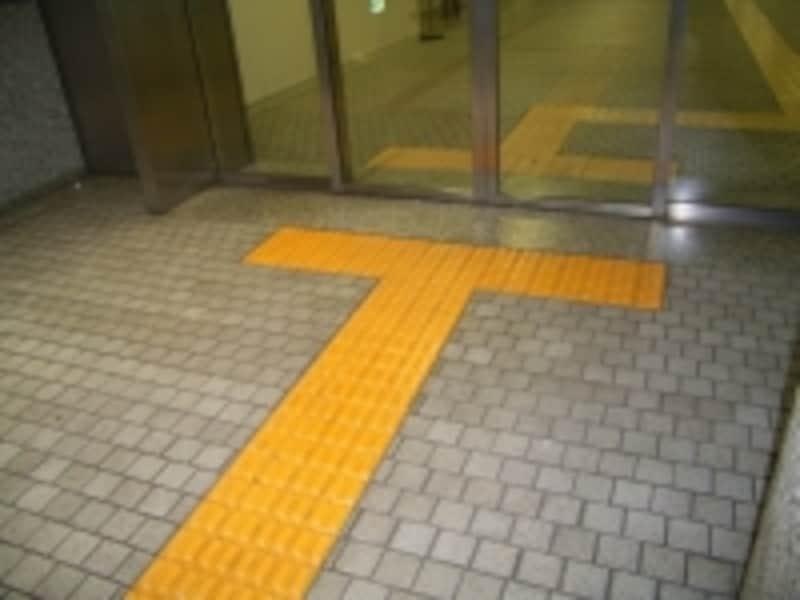 公共施設の入り口に設けられた点字ブロックの例