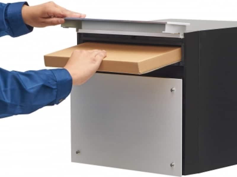 奥行き455mm(ポスト外寸)で大容量の郵便物が受け取れる。投函口より縦340mm×横260mm×厚さ35mmの郵便物などが収納できます。直線的でスタイリッシュなデザインも魅力。[サインポストフェイサス-NFRアルミへアライン]undefinedパナソニックエコソリューションズundefinedhttp://sumai.panasonic.jp/