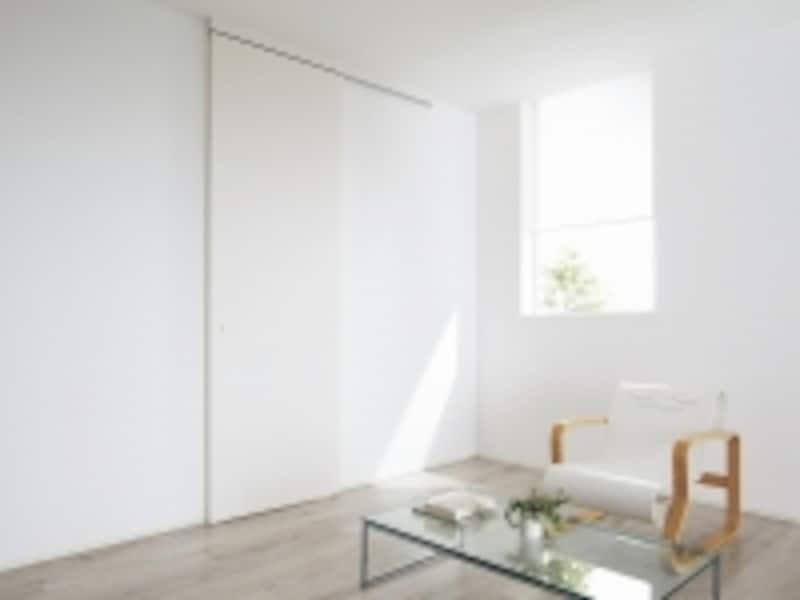 上レールは壁固定のため、リフォームでもとりいれやすい。undefined[Archi-specHIKIDOアウトセット納まり(壁付け)undefinedしっくいホワイト柄]