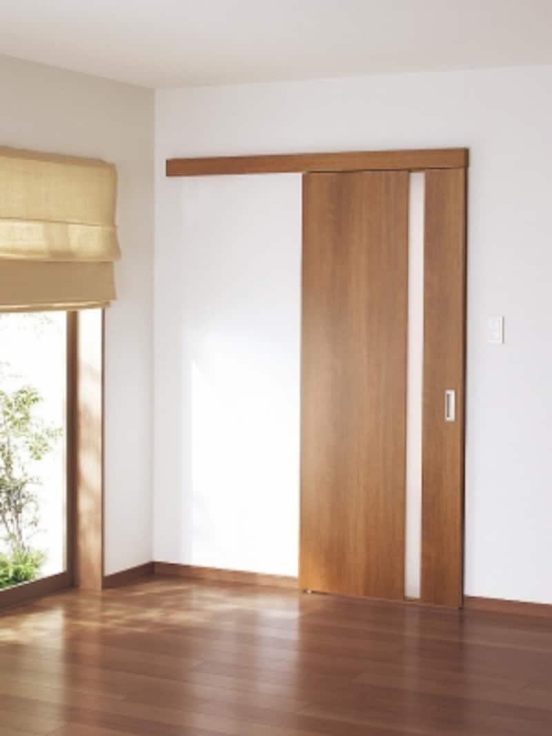 ドアのサイズは変更可能。採光部は透明のアクリルやガラスへ変更することも。木目を抑えたデザインも魅力。undefined[リフォムスundefined内装ドア上吊り引戸(アウトセット納まり)WB型施工例]undefinedパナソニックエコソリューションズundefinedhttp://sumai.panasonic.jp/