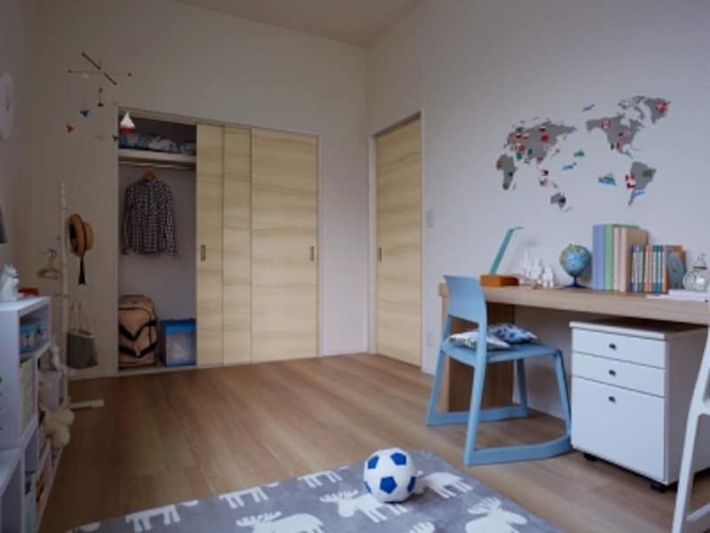 室内扉と収納扉の両方を引き戸タイプとすることで、限られた空間でも広々と使用できる。[ラテオ室内引戸CXA/3枚連動引戸CXA]undefinedLIXILundefinedhttp://www.lixil.co.jp/