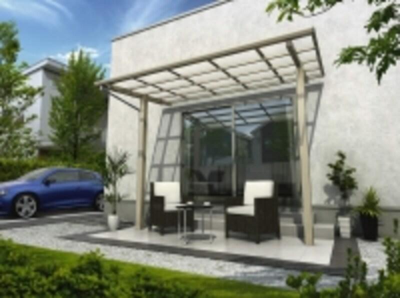 光をとりいれる屋根を設けて、くつろぎのスペースに。外壁工事が不要な独立型なので、外壁を傷つけずに設置することが可能。[独立テラス屋根エフルージュグランZERO標準柱フラット型H2Z9トーメイマット]YKKAPhttp://www.ykkap.co.jp/)