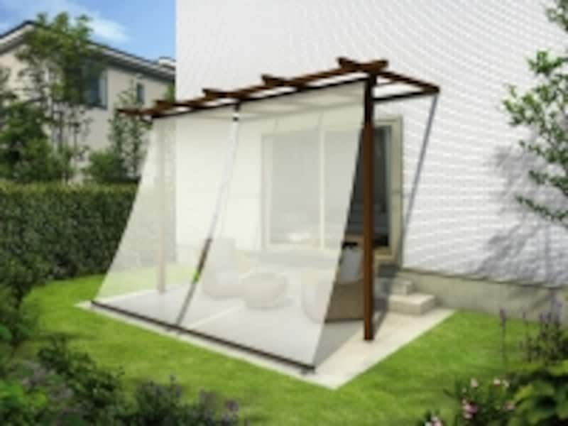 夏の暑い日差しをカットするシェードを設ければ、日差しを和らげるとともに、室内の冷房効率も高まる。[木調テラス屋根undefinedサザンテラスパーゴラタイプundefinedアウターシェード(H3,000)付きundefinedタイル(ベージュ)納まりundefined屋根:F型・トーメイマット]YKKAPhttp://www.ykkap.co.jp/)