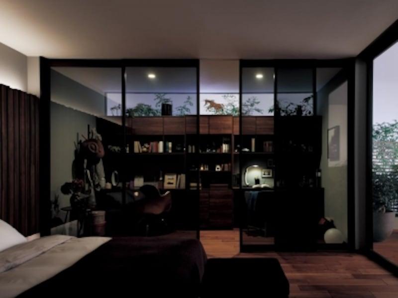寝室と書斎コーナーの間に、スモーク調ガラスの天井までの間仕切り扉を設けることで、開放感を損なわず、空間を緩やかに仕切ることができる。undefined[VERITISplus(ベリティスプラス)]undefinedパナソニックエコソリューションズundefinedhttps://sumai.panasonic.jp/