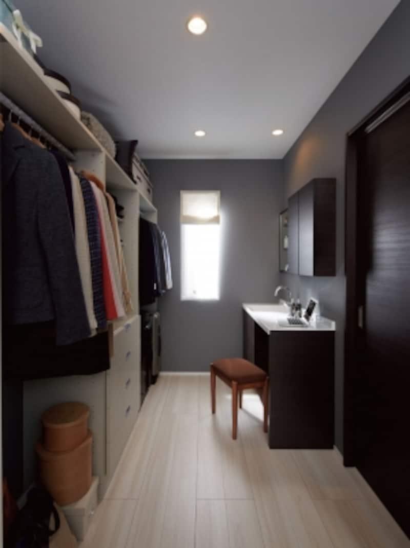 ウォークインクロゼットの中に洗面台を設けることで、身だしなみだけでなく、家事作業にも役立つ。undefined[INAXエスタ]undefinedLIXILundefinedhttp://www.lixil.co.jp/