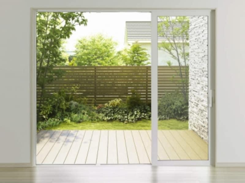 広がりと明るさを実現できる大きな開口部に取り入れることができる。[APW431大開口スライディング偏芯タイプ閉]undefinedYKKAPhttp://www.ykkap.co.jp/