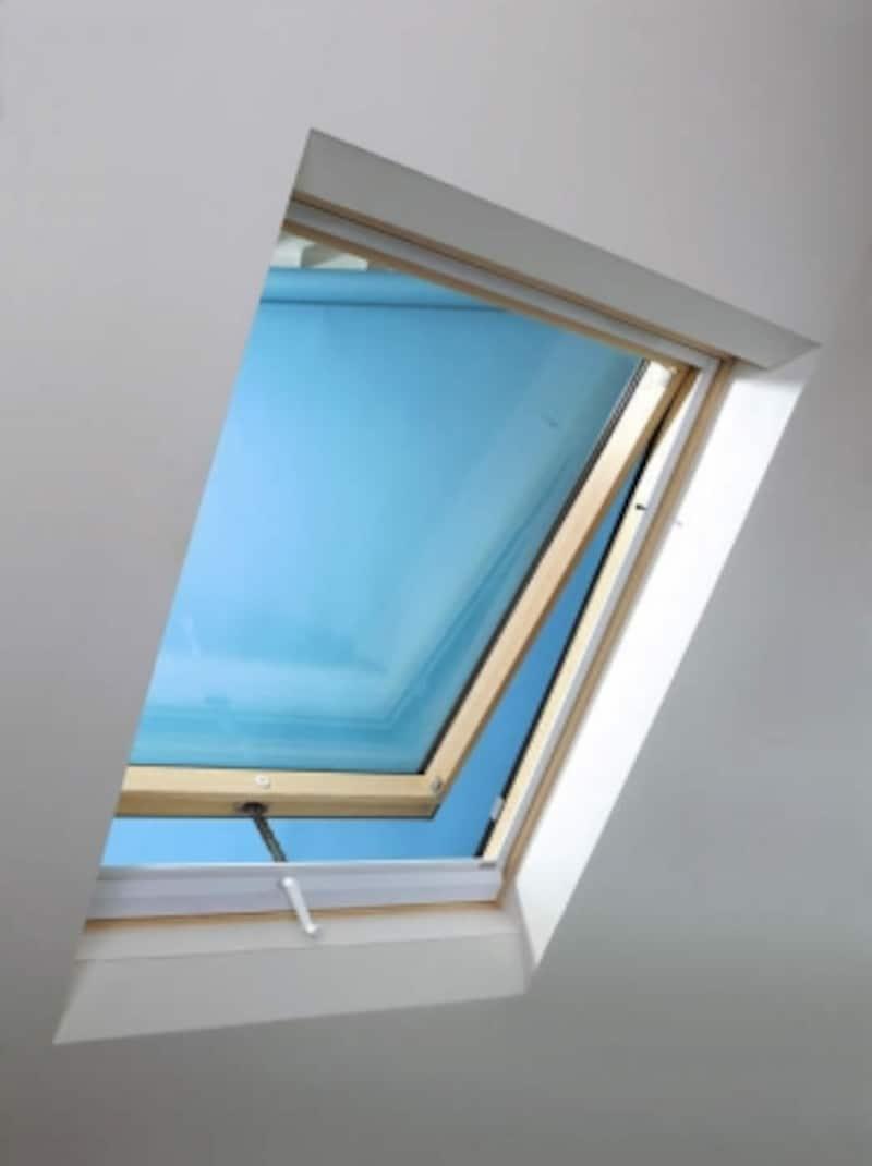 明るい陽射しと風を取り込む天窓のあるスペースは、洗濯物干し場としても使いやすい。[天窓シリーズ手動タイプ]undefinedYKKAPhttp://www.ykkap.co.jp/
