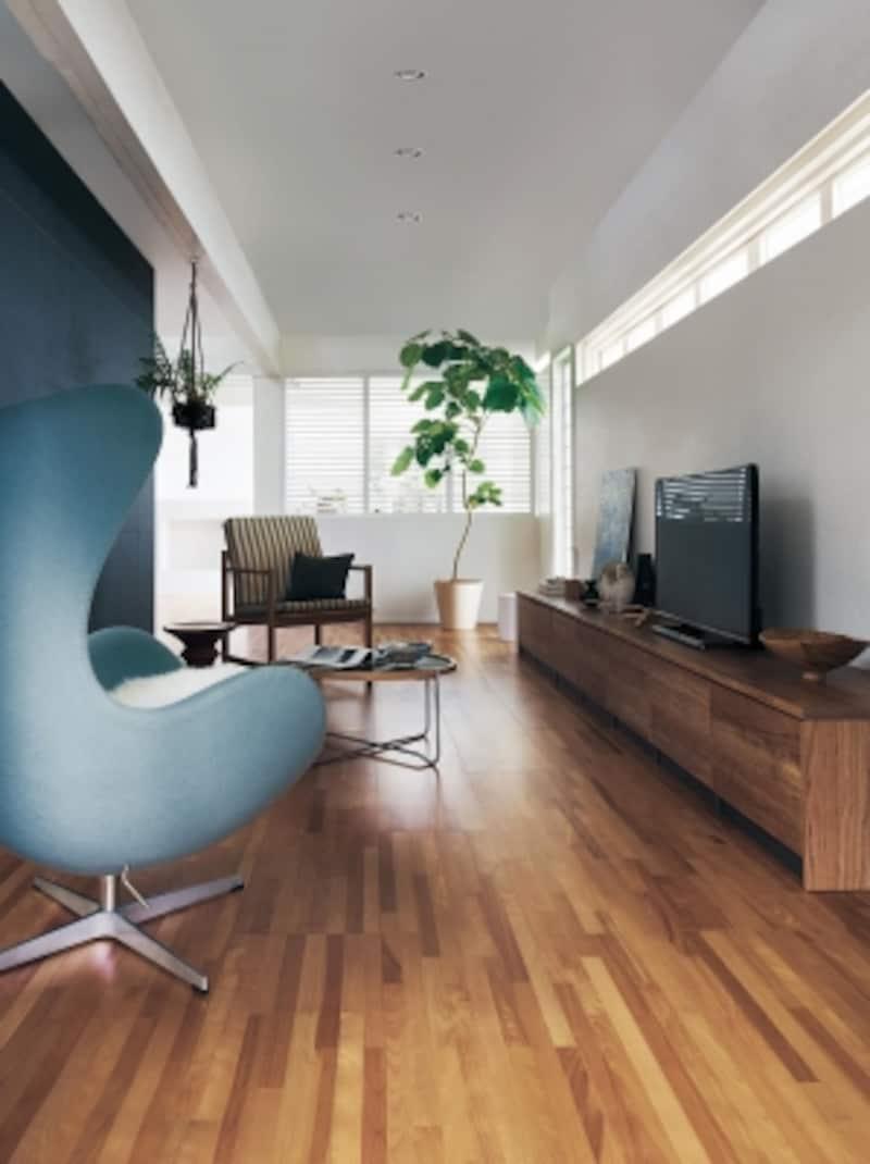 空間にリズムを感じさせる寄木調のデザインの床材。独自の技術により、豊かな照りや木目が際立つ。汚れや傷にも強い。[アーキスペックフロアーヨセギクリアチェリー柄]undefinedパナソニックエコソリューションズundefinedhttp://sumai.panasonic.jp/