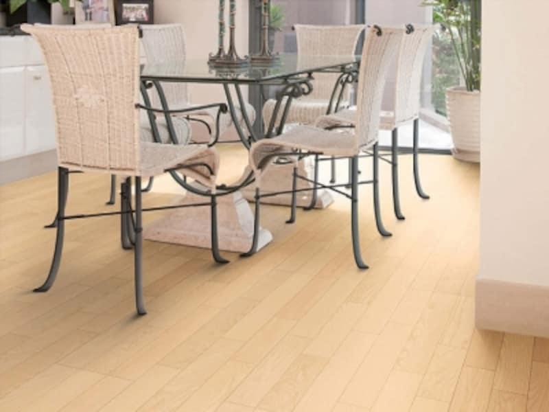 銘木の美しさと風合いを楽しむことができる床材。艶消しの仕上げも魅力。ワックスがけが不要でお手入れも簡単。[フォレスナチュラル〈アッシュ(ホワイトベージュ)〉YF64-81]undefinedDAIKENhttps://www.daiken.jp/