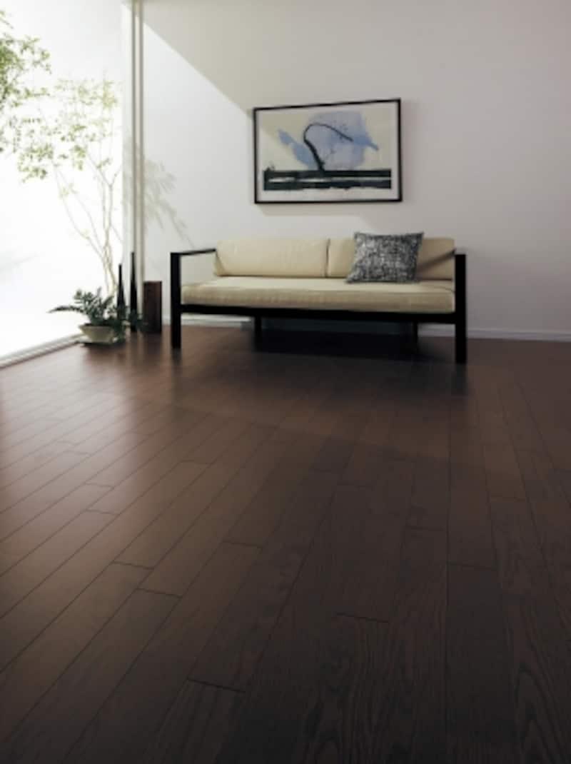傷に強く、車椅子も使用できる床材。独自の技術で天然木の豊かな表情を楽しめる。床暖房の仕上げ材にも適する。[ジョイハードフロアーナチュラルウッドタイプナチュラルスモークオーク色]パナソニックエコソリューションズundefinedhttp://sumai.panasonic.jp/