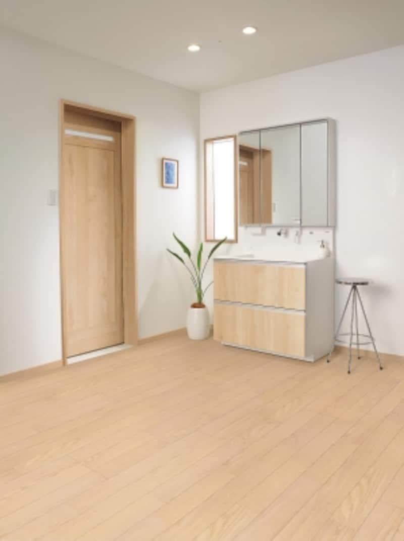 リビングなどの居室だけでなく、水まわりのリフォームにも取り入れやすい床材。[オーマイティRフロアーAライト色]undefinedパナソニックエコソリューションズundefinedhttp://sumai.panasonic.jp/