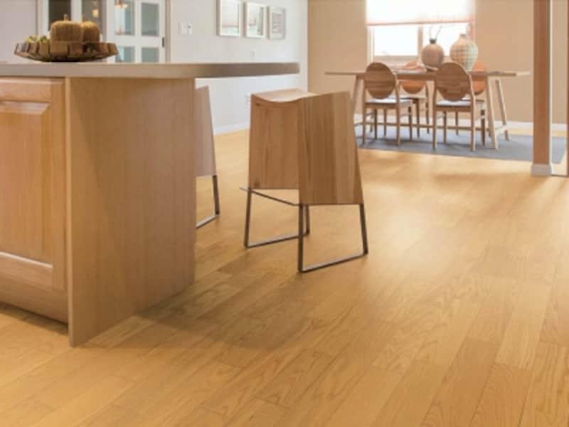 床暖房にも使用可能な床材。滑らかな肌触りの艶消し仕上げ。汚れに強くワックスも不要。[フォレスナチュラル床暖房タイプundefined〈オーク(クリアブラウン)〉YF65-31]undefinedDAIKENhttps://www.daiken.jp/