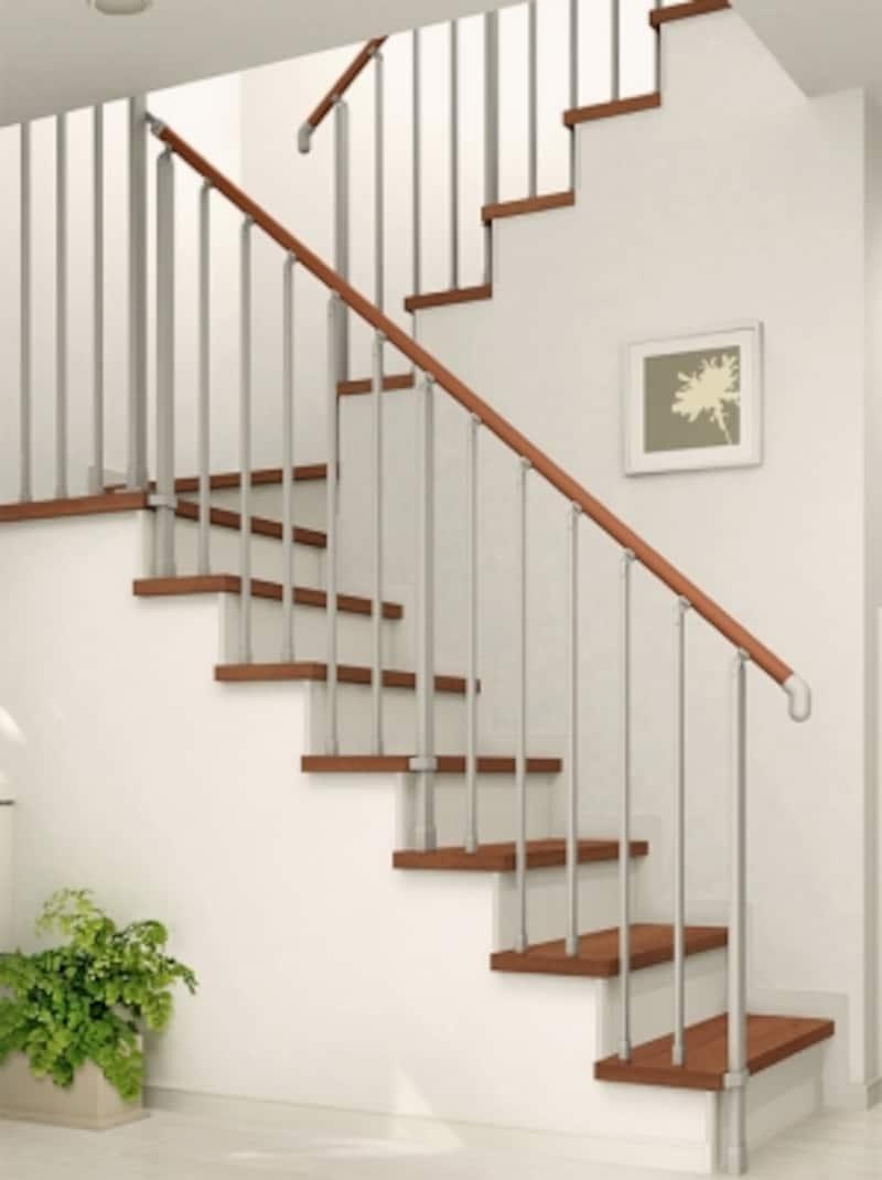 軽やかなデザインの折り返し階段。天然木を使用した階段やキズや汚れに強いシート仕上げの階段などを3つのタイプから選べる階段ユニット。[階段ユニットundefined施工例/ひな段タイプ]undefinedLIXILundefinedhttp://www.lixil.co.jp/