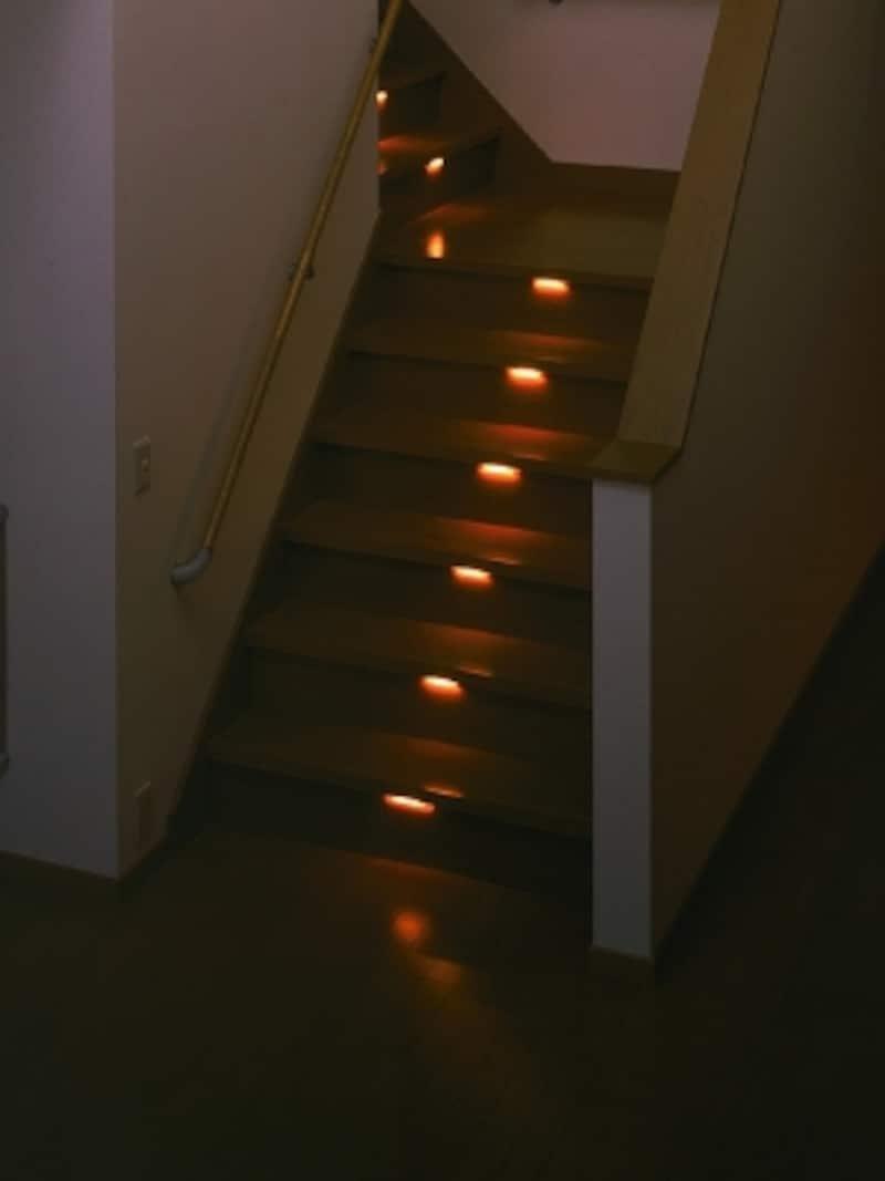 やさしい光が足元を照らすので、夜間の歩行も安全に。光源は長寿命な半導体LED。[スポッ灯(足元灯階段)]undefinedLIXILundefinedhttp://www.lixil.co.jp/