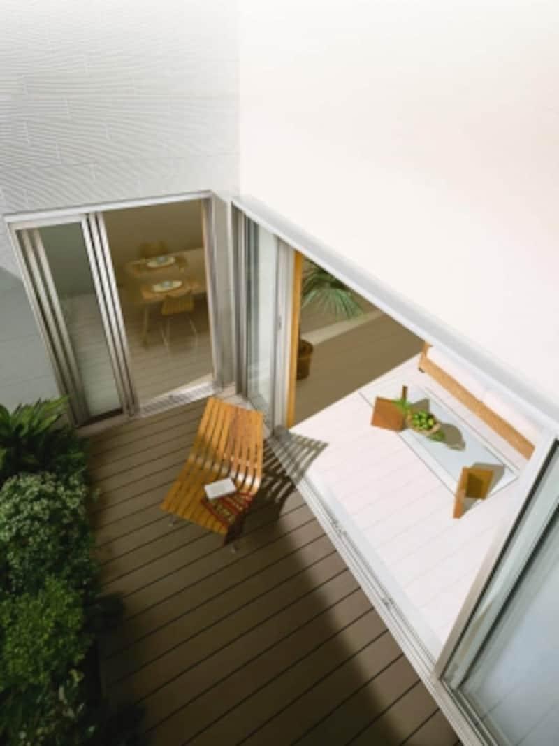 中庭に向かって開放的な窓を設けることで、光を取り込むことも可能。[ワイドスライディング三枚連動片引き窓全開放引込み窓]YKKAPhttp://www.ykkap.co.jp/