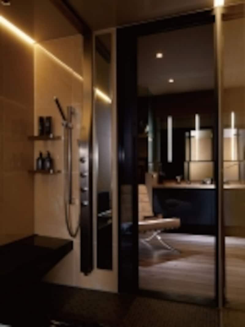 システムバスに美しく組み込まれたシャワー。身を包み込んでくれるような、ボリューム感のあるオーバーヘッドシャワー、使い勝手のいいハンドシャワーも。undefined[スパージュ]undefinedLIXILundefinedhttp://www.lixil.co.jp/