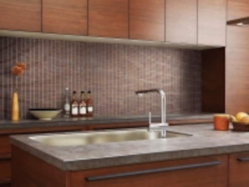 レンガをイメージした質感によって、存在感のあるキッチンに。[インテリアモザイクundefinedリトルブリック]undefinedLIXILhttp://www.lixil.co.jp/