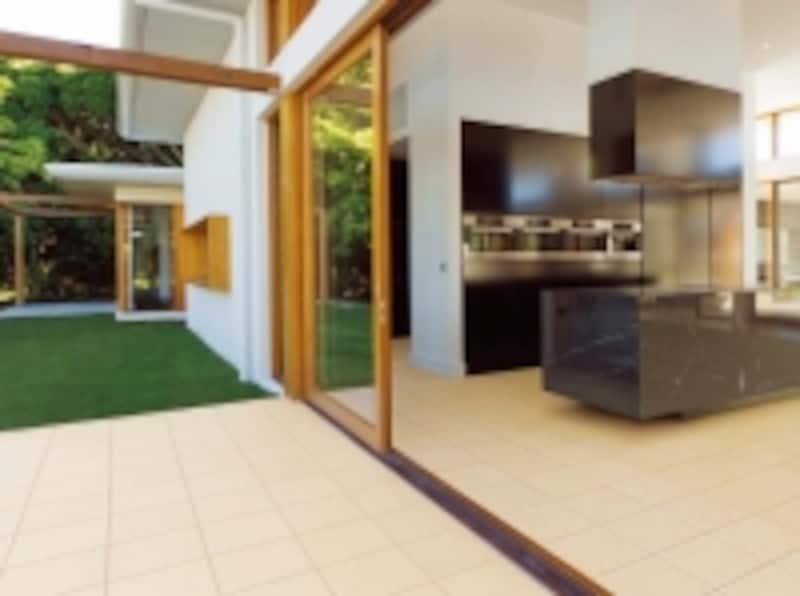 室内と屋外を同じ色のタイルでつなぐことで広がりが生まれる。[スタイルプラスundefinedテクノタイル]undefinedLIXILhttp://www.lixil.co.jp/