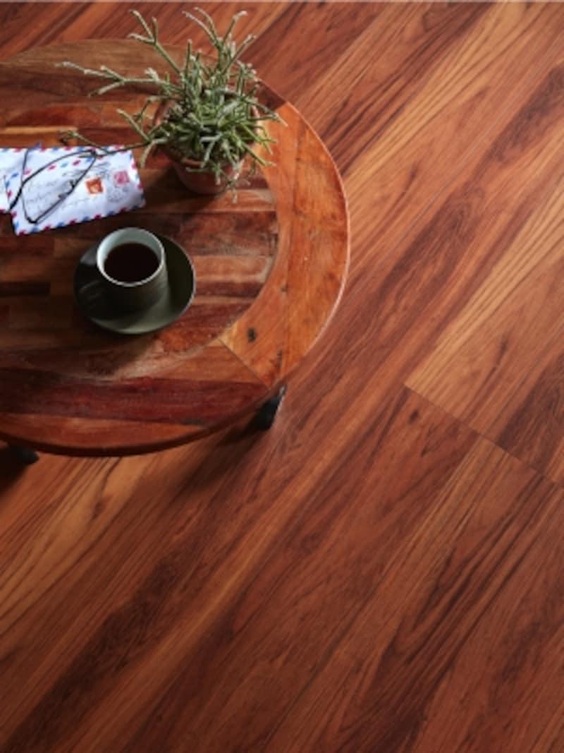 樹種によって異なる木材表面の質感を、エンボス加工シートで表現した、樹脂シート仕上げの床材。[ラシッサDフロアチークF]LIXILhttp://www.lixil.co.jp/
