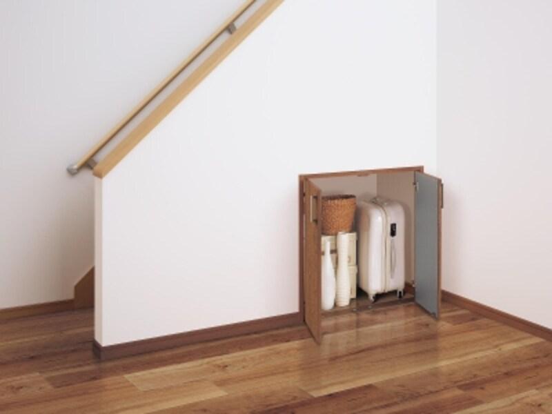 階段下のスペースを生かして、スーツケースなどを収納しても。インテリアに合わせた扉を設けて。[ベリティスundefined開き扉階段下収納]undefinedパナソニックエコソリューションズundefinedhttp://sumai.panasonic.jp/