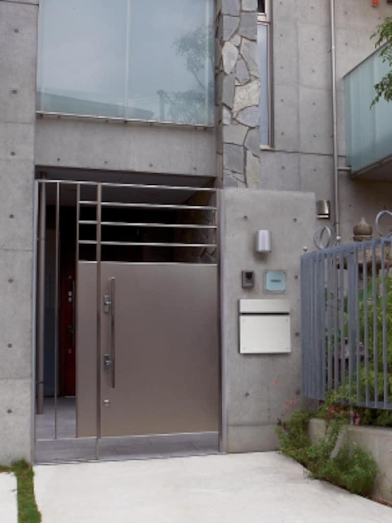 シャープでモダンなデザインのポスト。前入れ後出しの壁面埋め込み式。[サインポストフェイサス-NFRアルミへアライン]undefinedパナソニックエコソリューションズundefinedhttp://sumai.panasonic.jp/