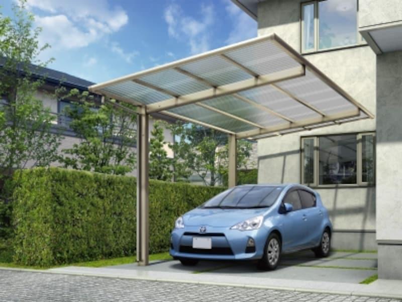 屋根下のスペースがすっきりとした2本柱のカーポート。柱を気にせず乗り降りできる。屋根材は、波板(ポリカーボネート)パネル材。[ファクトポート屋根ふき材:波板]YKKAPhttp://www.ykkap.co.jp/